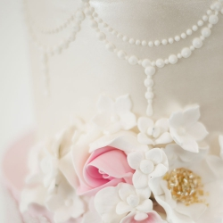 Pearl detail, detailing, flowers, gold, pearls, wedding cake