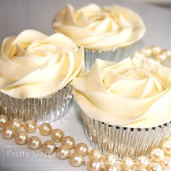 Ivory-rose-cupcakes-with-pearls
