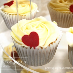 REd-heart-cupcakes-on-tower--060